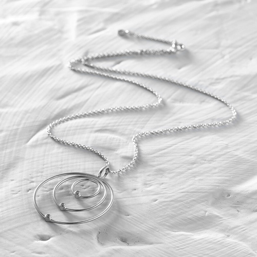 What is. A delicate, short, silver pendant with rings